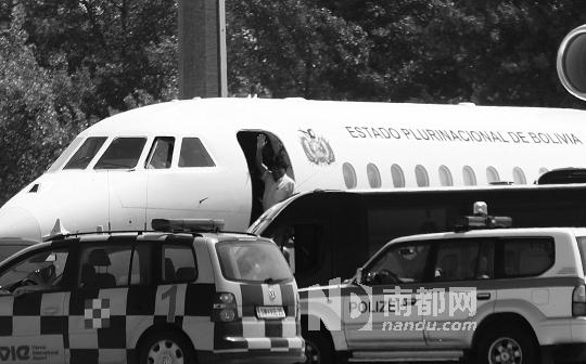 3日,在奥地利维也纳国际机场,玻利维亚总统胡安・埃沃・莫拉莱斯进入专机前挥手致意。