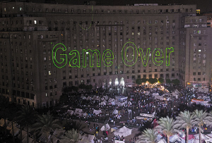 """""""穆尔西,玩完了。""""7月3日,镭射灯在埃及政府建筑物上打出这样的句子。"""