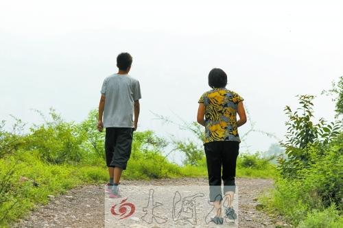 行走在崎岖的山路上,妈妈和他盼望走出去。