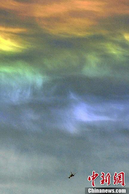 """7月3日,山西太原上空现""""七彩云"""",随白云的缓缓流动而不断前行."""