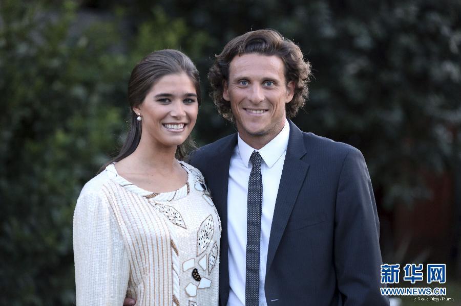 7月2日,乌拉圭足球明星弗兰(左)与新婚妻子卡