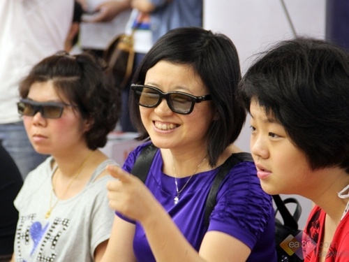 网友配带3D眼镜体验电视3D效果