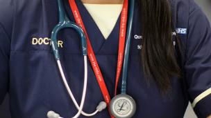 英国全民医疗保健服务可能会对非欧盟公民收费引关注。BBC英伦网
