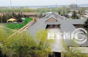 刘亦菲豪宅后院如足球场。