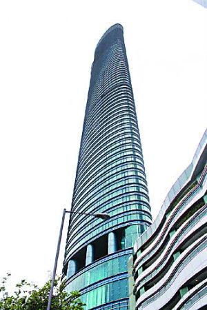 李嘉欣与许晋亨结婚后,迁入由许世勋赠送、位于香港半山司徒拔道的价值近2亿元的超级豪宅作为爱巢。