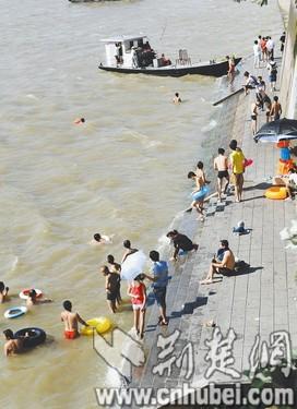 女孩 程铭摄/图为:溺水女孩遗体被打捞上岸时,附近还有不少人在江中游泳。...
