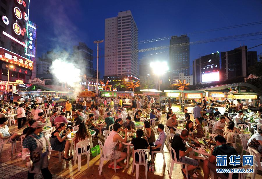 7月3日晚,乌鲁木齐市人民电影院夜市上人头攒动,热闹非凡.