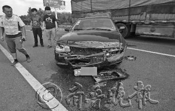 2日,在青银高速上,一轿车右前轮发生爆胎。本报通讯员 于文涛 摄