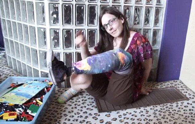 美残疾女子用乐高积木拼制创意假肢 (组图)(1)_科学探索_光明网