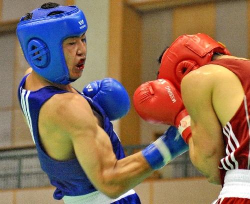 图文:全国青年拳击锦标赛赛况 张志豪下勾拳