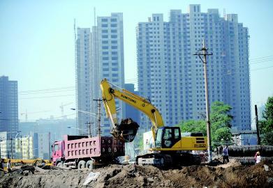 太原市/7月3日,在太原市并州路改造施工现场,一辆挖掘机正在作业。