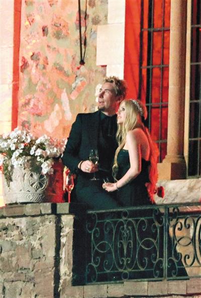 艾薇儿的黑色婚纱照一出炉,想必又会引领一股风潮。