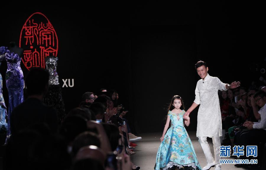这张拼版照片显示的是,7月4日,模特在法国巴黎高级定制周上展示中国设计师劳伦斯·许的作品。
