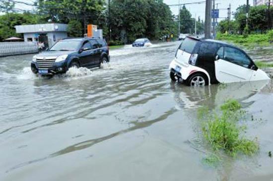 7月4日下午,一场大暴雨过后成都金周路积水严重,多辆车在这里熄火。