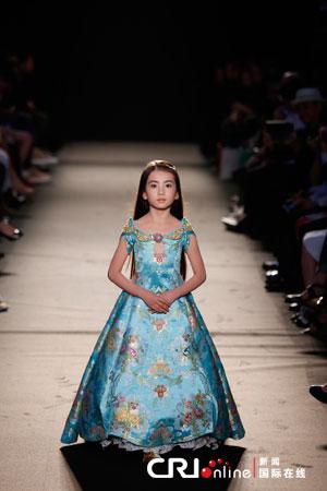 """一位名叫""""绣球""""的7岁中国女孩着劳伦斯许的华服登场"""