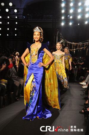 名模黄超燕率领二十位模特惊艳秀场