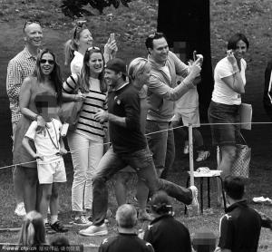 """贝克汉姆上月在杭州掀起了""""小贝风暴"""",回到英国后,已经退役的他开始享受生活。近日小贝出现在了三儿子克鲁兹就读学校的体育日上,和其他学生的家长比起了百米赛跑,最终拿到了金牌。"""