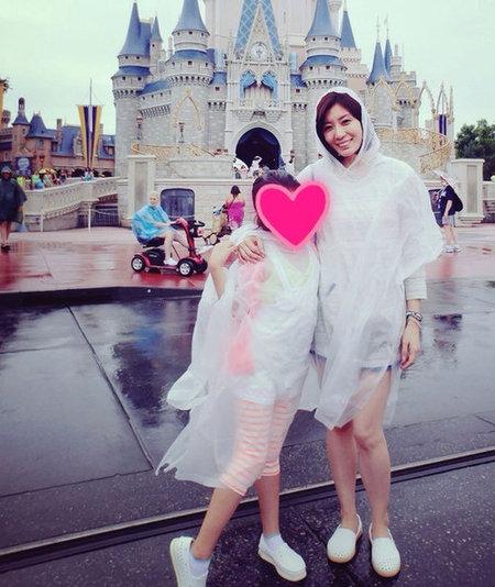 贾静雯/贾静雯推掉工作,陪梧桐妹到美国佛罗里达州的迪士尼乐园游玩。