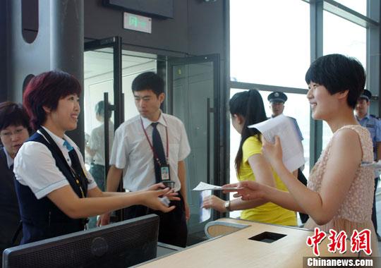 7月5日,工作人员为特殊旅客服务。当日,早8时20分,沈阳桃仙国际机场进行了新航站楼旅客进出港流程首次模拟运行演练。中新社发 李依枚 摄