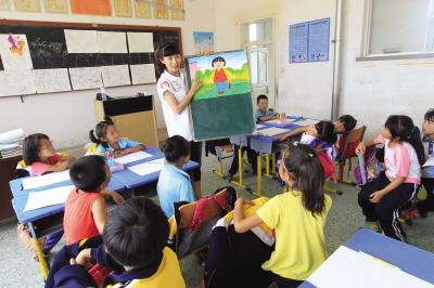 第一次接触简笔画,一年级的孩子们有些坐不住了