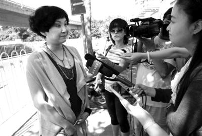 昨日上午9时30分左右,安雯走出法院大门,接受记者采访。新京报记者 王贵彬 摄