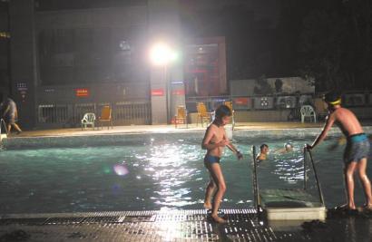 7月5日,徐峰(化名)发生意外的小区游泳池。