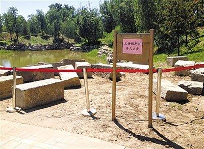邓琦/圆明园规月桥桥体构件区域的警戒线和提示牌。新京报记者邓琦...