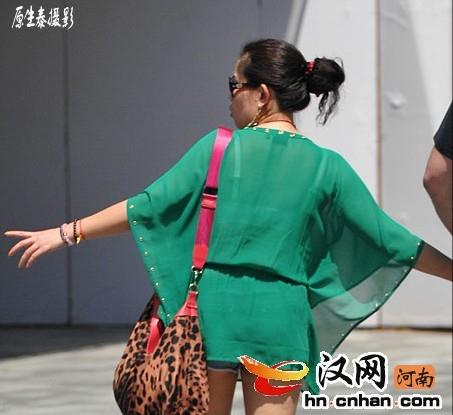 街拍:夏日北京清凉装性感潮女!