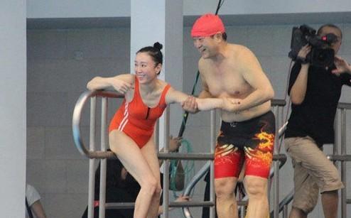 今年,傅艺伟与牛群参加跳水节目