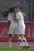 中超图:卓尔VS舜天 队友庆祝本特利进球