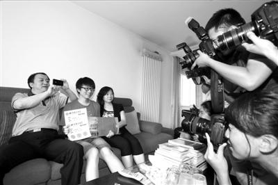 北京首份高考录取通知书送达学生家中。京华时报记者王海欣摄
