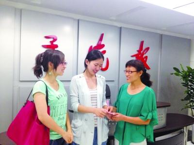 薛浅白和同学沈文洁将捐款交到本报工作人员手中。 冯 可 摄