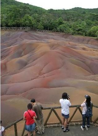 """几名游客在毛里求斯南部的""""七色土""""景区游览"""