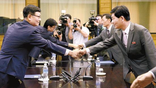 6日,会谈开始前,双方代表握手致意