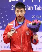 图文:[亚锦赛]马龙获得男单冠军 马龙展示金牌