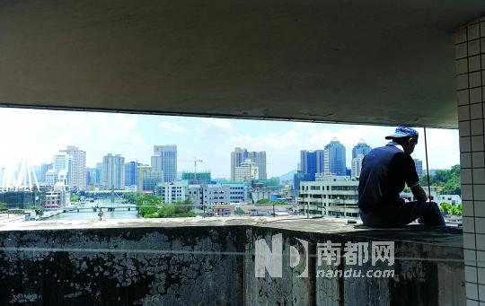 开发商黄锦光危坐楼顶,说要跳楼。 南都记者 吴进 摄