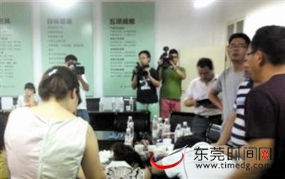 7月5日,东江石龙段沙滩公园,市民在游泳嬉戏,两天前,两市民在这里游泳溺亡 东莞时报记者 陈帆 摄