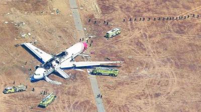 6日在美国加利福尼亚州旧金山国际机场拍摄的失事客机残骸。旁边是搜救车辆。本版图片新华社发
