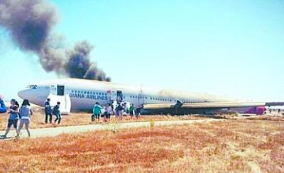 乘客逃出客机。