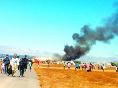 死里逃生的乘客迅速离开现场。