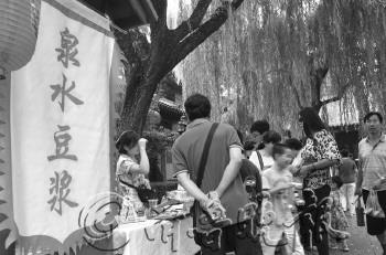 泉水特色小吃很受欢迎。 本报记者 王光营 摄