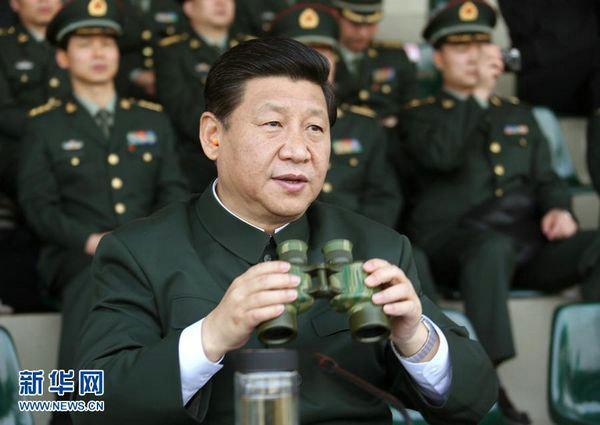 资料图:习近平在广州军区某部训练场观摩实兵实弹演练。
