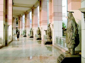 泉城广场上的名人雕像也进入了考题。资料片