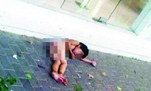 大热天,小女孩赤身躺在马路上