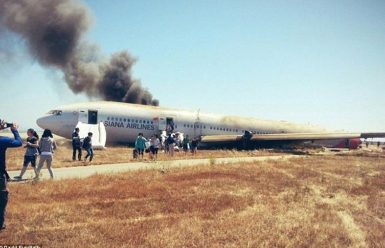 7月6日在美国旧金山国际机场着陆时失事的韩亚航空公司波音777型客机已经造成2名中国学生死亡,图为乘客逃生瞬间。(资料图片)