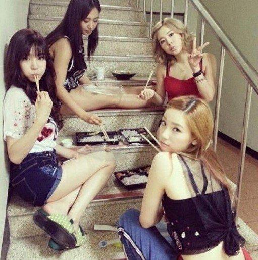 韩国偶像组合少女时代日前自爆私照,引起粉丝热议。