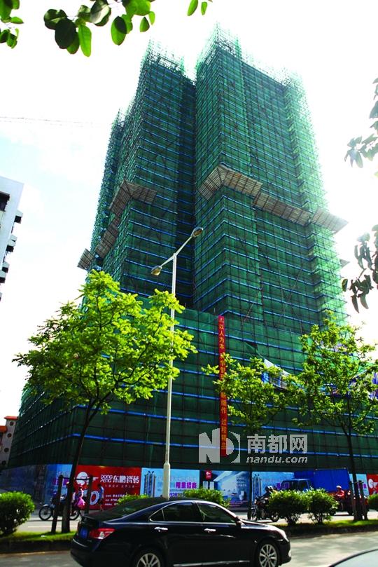 龙兴大厦外墙搭建起了脚手架,施工正在紧张进行中。