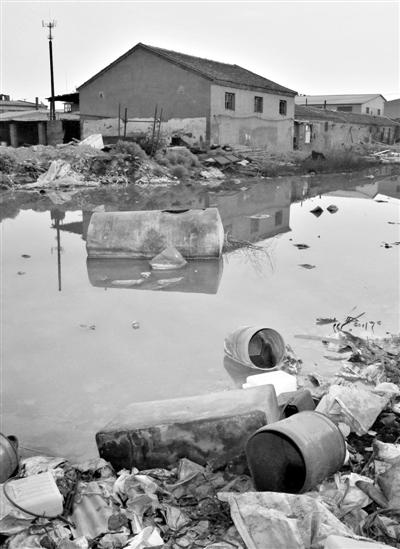 6月18日,河北廊坊杨芬港镇东寨上村,几家小电镀厂直接排放的废水,仍存留在厂房后的大坑里。新京报记者 侯少卿 摄