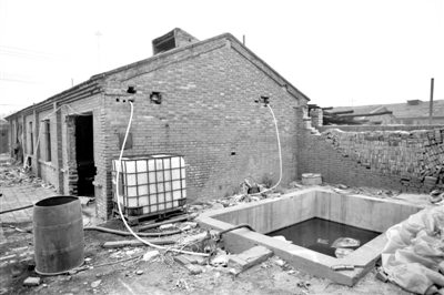 廊坊杨芬港镇褚河港村,街上有大大小小几十家小电镀厂,产生的废水都是通过沟渠直接排入附近的小河道。新京报记者 侯少卿 摄