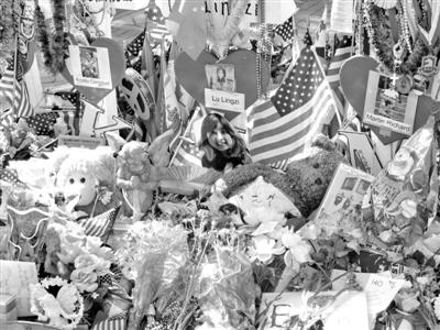 6月24日,虽然距波士顿爆炸案已经两个多月,市区一处广场仍有纪念遇难者的物品。